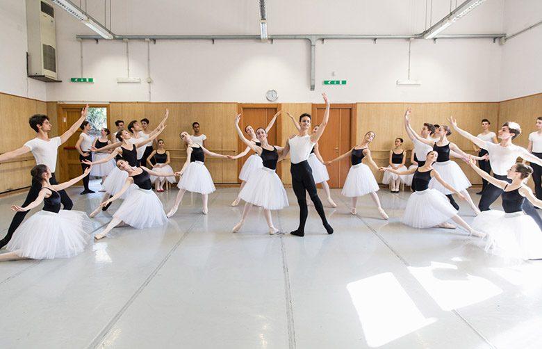 1. Allievi della Scuola di Danza durante le prove © Yasuko Kageyama