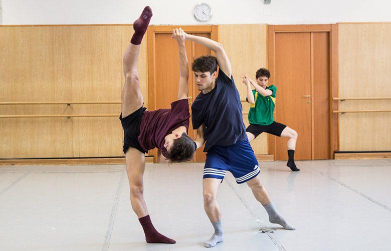 2. Allievi della Scuola di Danza durante le prove © Yasuko Kageyama
